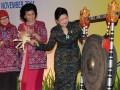 """Ibu Ani Yudhoyono (kanan) memukul gong didampingi Menteri Pembedayaan Perempuan dan Perlindungan Anak, Linda Amalia Sari (tengah) dan Ibu Okke Hatta Rajasa saat membuka Seminar """"ASEAN Women Green Entrepreneurship: The Role of Women in Economic Empowerment toward ASEAN Inter-Comunity"""" di Bali International Convention Center (BICC), Nusa Dua, Bali, Rabu (16/11). Seminar tersebut dihadiri sejumlah pengusaha wanita dari negara-negara anggota ASEAN. (FOTO ANTARA/Ari Bowo Sucipto)"""