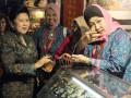 Ibu Ani Yudhoyono (kiri) berbincang dengan President ASEAN Confederation of Womens Organizations (ACWO), Dewi Motik Pramono saat melihat kain tenun yang dipamerkan dalam Pameran Tekstil ASEAN di Bali International Convention Center (BICC), Nusa Dua, Bali, Rabu (16/11). Pameran yang menampilkan berbagai produk tekstil dari negara-negara anggota ASEAN dan daerah di Nusantara tersebut akan berlangsung hingga tanggal 19 November 2011. (FOTO ANTARA/Ari Bowo Sucipto)