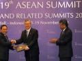 Menteri Kehutanan Zulkifli Hasan (kiri) menyerahkan nota kesepakatan kerjasama kepada Menteri Kehutanan Korea Selatan, Kim Sung Hwan (tengah) disaksikan disaksikan Sekjen ASEAN, Surin Pitsuwan, di Bali Nusa Dua Convention Centre, Nusa Dua,Bali, Jumat (18/11). ASEAN dan Korsel menyepakati kerjasama ditandai dengan penandatanganan kesepakatan antara ASEAN dan Korea Selatan di bidang kehutanan. (FOTO ANTARA/ Wahyu Putro A)