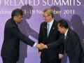 Sekjen ASEAN, Surin Pitsuwan (kiri) berjabat tangan dengan Menteri Kehutanan Zulkifli Hasan (kanani) disaksikan Menteri Luar Negeri dan Perdagangan Korea Selatan, Kim Sung Hwan usai penandatanganan kerjasama, di Bali Nusa Dua Convention Centre, Nusa Dua,Bali, Jumat (18/11). ASEAN dan Korsel menyepakati kerjasama ditandai dengan penandatanganan kesepakatan antara ASEAN dan Korea Selatan di bidang kehutanan. (FOTO ANTARA/ Wahyu Putro A)