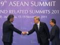 Sekjen ASEAN, Surin Pitsuwan (kiri) disaksikan Menteri Kehutanan Zulkifli Hasan (kanani) berjabat tangan dengan Menteri Luar Negeri dan Perdagangan Korea Selatan, Kim Sung Hwan usai penandatanganan kerjasama, di Bali Nusa Dua Convention Centre, Nusa Dua,Bali, Jumat (18/11). ASEAN dan Korsel menyepakati kerjasama ditandai dengan penandatanganan kesepakatan antara ASEAN dan Korea Selatan di bidang kehutanan. (FOTO ANTARA/ Wahyu Putro A)