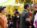 Presiden Susilo Bambang Yudhoyono (kanan) menerima ucapan selamat dari Sultan Hamengkubuwono X (kedua kanan) dan Gusti Kanjeng Ratu Hemas (kiri) saat resepsi akad pernikahan Edhie Baskoro Yudhoyono atau Ibas dan Siti Rubi Aliya Rajasa atau Aliya di Istana Kepresidenan Cipanas, Jawa Barat, Kamis (24/11). Ibas putra Presiden Susilo Bambang Yudhoyono melangsungkan pernikahan dengan Aliya putri Menko Perekonomian Hatta Rajasa. (FOTO ANTARA/Widodo S. Jusuf/POOL)