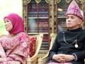 Menko Perekonomian Hatta Rajasa (kanan) dan Ibu Okke Hatta Rajasa (kiri) berbalut busana adat Palembang saat resepsi akad pernikahan Edhie Baskoro Yudhoyono atau Ibas dan Siti Rubi Aliya Rajasa atau Aliya di Istana Kepresidenan Cipanas, Jawa Barat, Kamis (24/11). Ibas putra Presiden Susilo Bambang Yudhoyono melangsungkan pernikahan dengan Aliya putri Menko Perekonomian Hatta Rajasa. (FOTO ANTARA/Widodo S. Jusuf/POOL)