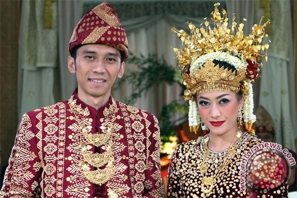 Ibas et Aliya, en tenue de mariage de Palembang (Antara/Anung).