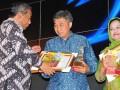 Menteri Pendidikan Nasional dan Kebudayaan  Mohammad Nuh (kiri), menyerahkan Anugerah Peduli Pendidikan kepada GM Human Capital PT Bumitama Gunajaya Argo (BGA) Basuki Suseno (tengah) di gedung Dikti Mendikbud Jakarta, Senin malam (12/12). Penghargaan tersebut diberikan atas kontribusi BGA, perusahaan yang bergerak dalam  bidang kelapa sawiti di wilayah Kalteng, Kaltim , Kalbar dan Riau, dalam membangun sejumlah sekolah di sekitar daerah operasionalnya, untuk meningkatkan kualitas guru melalui pelatihan. (FOTO ANTARA/Wadi)