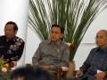 Wapres Boediono (tengah) bersama Ketua Mahkamah Konstitus Mahfud MD (kiri) dan Ketua Satgas Pemberantasan Mafia Hukum (PMH) Kuntoro Mangkusubroto (kanan) saat pembukaan seminar Evaluasi Kinerja Dua Tahun Pencegahan dan Pemberantasan Mafia Hukum dan Proyeksi Strategi Pencegahan dan Pemberantasan Mafia Hukum di Istana Bogor, Jabar, Rabu (14/12). Seminar yang diikuti oleh lembaga tinggi negara tersebut mengevaluasi pelaksanaan Inpres 9 tahun 2011 tentang pemberantasan mafia hukum serta membahas masa depan pemberantasan mafia hukum. (FOTO ANTARA/Jafkhairi)