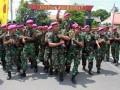 Sejumlah prajurit Batalyon Infanteri-1 Marinir memanggul Mayor Marinir Teddy Yulianda Bakri seusai upacara Serah Terima Jabatan (Sertijab) Komandan Batalyon Infanteri-1 Marinir di lapangan apel Kesatrian Harun, jl. Teluk Bayur 62, Tanjung Perak, Surabaya, Rabu, (14/12). Mayor Marinir Teddy Yulianda Bakri dilantik sebagai Komandan Batalyon Infanteri-1 Marinir yang ke-31 menggantikan Letkol Mar Gatot Mardiyono. (FOTO ANTARA/Kuwadi)