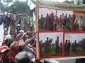 Ribuan petani dari Kabupaten Ogan Komering Ilir dan Musi Banyuasin berunjukrasa sembari membawa baliho dan poster menuntut Pemprov Sumatera Selatan segera menyelesaikan konflik lahan di daerah itu, di Palembang, Selasa (27/12). Ratusan warga Sungai Sodong, Mesuji yang April lalu bentrok dengan pengamanan perusahaan juga turut berunjukrasa dan menuntut pelanggaran dengan kekerasan segera diusut tuntas dan tanah rakyat dikembalikan kepada warga. (FOTO ANTARA/Nila Fu'adi)