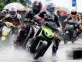 Sejumlah pembalap saling susul pada kejuaraan balap motor Walikota Cup di Sirkuit Trans Studio Makassar, Sulsel, Sabtu (31/12). Kegiatan yang diprakarsai oleh Polantas dan pemkot Makassar itu sebagai ajang sportifitas pemuda di arena balap resmi serta menekan angka kecelakaan lalulintas akibat balapan liar. (FOTO ANTARA/Dewi Fajriani)