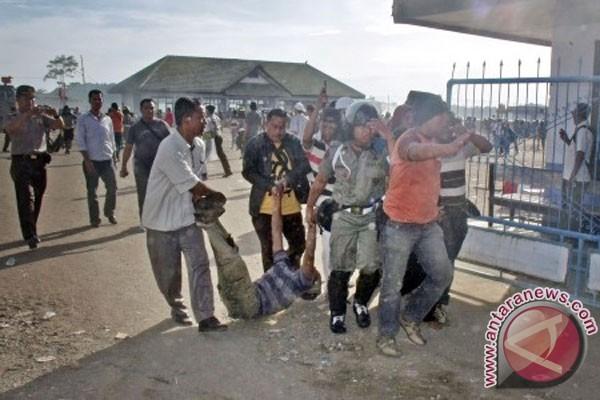 Evacuation d'un blessé lors de la dispersion violente des manifestants bloquant le port de Sape, le 24 décembre 2011 (Antara/Rinby)