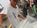 Sejumlah pekerja menurunkan es balok pesanan nelayan di Pelabuhan Muara Angke, Jakarta Utara, Minggu (1/1). Es balok yang digunakan nelayan untuk mendinginkan ikan agar tetap awet tersebut dijual kepada nelayan seharga Rp 10 ribu per balok. (FOTO ANTARA/Zabur Karuru)