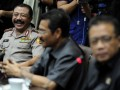 Dari kiri Kapolri Timur Pradopo, Mendagri Gamawan Fauzi, dan Menko Polhukam Djoko Suyanto, bersiap memberikan keterangan pers seusai pertemuan dengan Tim Gabungan Pencari Fakta (TGPF) Mesuji di Jakarta, Senin (2/1). TGPF Mesuji melaporkan temuan awal seperti lima nama tersangka kasus Mesuji pada pertemuan yang dihadiri Menko Polhukam, Kapolri, Mendagri, Menhut, dan Ketua Komnas HAM itu. (FOTO ANTARA/Andika Wahyu)