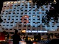 Seorang pejalan kaki menyaksikan tampilan synchronized screen berukuran 30m x 50m di bangunan Hotel Sahid Surabaya, Kamis (5/1) malam. Tampilan branding dengan konsep 3D Mapping dari PT Djarum bekerjasama dengan DRM Team tersebut, tercatat di Museum Rekor Indonesia (MURI). (FOTO ANTARA/Eric Ireng)