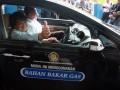 Wakil Menteri Energi dan Sumber Daya Mineral (ESDM) widjajono Partowidagdo (kanan) mencoba mobil dinasnya Honda Civic B 1720 RFT yang sudah dipasangi converter kit (alat bahan bakar gas), di Kantor Autogas Indonesia, Serpong,Tangerang Selatan, Kamis (12/1/2012). Tujuan pemasangan alat tersebut merupakan bagian kampanye dari kementerian ESDM untuk penggunaan bahan bakar gas,yang nantinya dapat mengurangi beban pemerintah terhadap subsidi BBM (Bahan Bakar Minyak) FOTO ANTARA/Muhammad Deffa