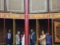 AL QURAN RAKSASA. Sejumlah peserta Konferensi Persatuan Parlemen Anggota OKI (PUIC) mengagumi 30 juz Al Quran raksasa yang terbuat dari ukiran kayu dan dikerjakan selama sembilan tahun di Pondok Pesantren Modern IGM, Gandus, Palembang, Sumatera Selatan, Sabtu (28/1).The Parliamentary Union Of The OIC Member States (PUIC) Conference berlangsung 24-31 Januari yang akan diikuti 51 negara Islam. (FOTO ANTARA/Nila Fu'adi)