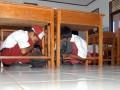 Para murid sekolah dasar berlindung di bawah meja saat simulasi gempa dan tsunami di SD-48, Deah Glumpang, Kecamatan Meuraxa, Banda Aceh, Selasa (31/1). Simulasi yang digelar Tsunami Desaster Mitigation and Research Center (TDMRC), PMI dan Dinas Pemadam Kebakaran itu bertujuan pembelajaranbagi pelajar dalam mengurangi resiko bencana di sekolah. (FOTO ANTARA/Ampelsa)