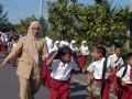 Para murid dan guru berlarian menyelamatkan diri menuju gedung escape building saat simulasi gempa dan tsunami di SD-48, Deah Glumpang, Kecamatan Meuraxa, Banda Aceh, Selasa (31/1). Simulasi yang digelar Tsunami Desaster Mitigation and Research Center (TDMRC), PMI dan Dinas Pemadam Kebakaran itu bertujuan sebagai pembelajaran bagi pelajar dalam mengurangi resiko bencana di sekolah. (FOTO ANTARA/Ampelsa)
