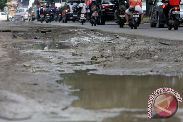 Sebagian besar infrastruktur jalan di Pacitan rusak