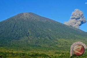 Gunung Barujari di Lombok meletus