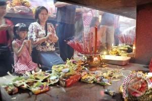 Warga Tionghoa pasang penjor jelang Imlek