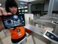 Petugas menunjukkan tiket commuter electronic (commet) yang diuji coba di Stasiun Sudirman, Jakarta, Rabu (1/2). PT Kereta Api Indonesia (KAI) melakukan uji coba tiket elektronik sebagai pengganti kartu trayek bulanan (KTB), dan kartu langganan sekolah (KLS) untuk KRL commuterline. (FOTO ANTARA/M Agung Rajasa)