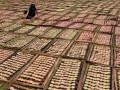 Pekerja menjemur kerupuk di lapangan Desa Bulusari, Kecamatan Tarokan, Kediri, Jawa Timur, Selasa (7/2). Produsen di sentra kerupuk Bulusari - Tarokan mengeluhkan naiknya harga bahan baku tepung Tapioka dari Rp 42.000 per kg menjadi Rp 58.000 per kg. (FOTO ANTARA/Arief Priyono)