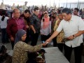 Wakil Menteri Perdagangan, Bayu Krisnamurthi (kanan) berdialog dengan penjual Pasar Ambal, Kebumen, Jawa Tengah, Kamis (9/2). Kementerian Perdagangan memberikan bantuan sebesar Rp 11 Miliar untuk revitalisasi empat pasar tradisional di wilayah Kebumen yakni pasar Indrakila, pasar Ambal, pasar Ayah, dan pasar Plumbon. (FOTO ANTARA/Dhoni Setiawan)
