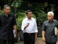 Menko Perekonomian Hatta Rajasa (kanan) berbincang dengan Menteri BUMN Dahlan Iskan (tengah) dan Menteri Perdagangan Gita Wiryawan (kiri) seusai menghadap Presiden Yudhoyono di kediaman pribadi Presiden, Puri Cikeas, Kabupaten Bogor, Jawa Barat, Jumat (24/2). (FOTO ANTARA/Widodo S. Jusuf)