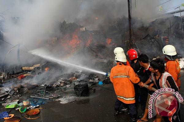 Gudang oli bekas di Denpasar terbakar