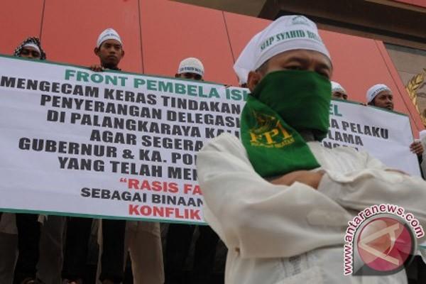 Face aux menaces - maintes et maintes fois répétées - d'interdiction, le FPI réaffirme sa présence par des contre-manifestations, comme ici à Makassar, dans la province de Célèbes-Sud, le 17 février 2011 (Antara/Sahrul Manda Tikupadang).