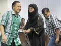 Ali Mudhori (kanan), mantan staf asistensi Menakertrans Muhaimin Iskandar, bersama terdakwa kasus suap dana Percepatan Pembangunan Infrastruktur Daerah (PPID) di Kemenakertrans, Dadong Irbarelawan (kiri) dan Dharnawati (tengah) mengikuti sidang lanjutan di Pengadilan Tindak Pidana Korupsi, Jakarta Selatan, Jumat (2/3). Mereka bertiga bersaksi untuk terdakwa dalam kasus yang sama, I Nyoman Suisnaya namun pemeriksaan saksi Dadong dan Dharnawati ditunda. (FOTO ANTARA/Fanny Octavianus)