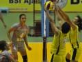 Pebola voli putri Indramayu Alko Aprilia S Manganang (kedua kanan) dan Mella Marshellina (kanan) memblok pukulan dari pebola voli Jakarta BNI 46 Georgina pada pertandingan putaran I seri 3 Proliga 2012 di GOR Bontang Lestari, Bontang, Kalimantan Timur, Jumat (2/3). Tim putri Jakarta BNI 46 memenangi pertandingan 3-2 (20-25, 25-19, 23-25, 25-19, 15-11). (FOTO ANTARA/Puspa Perwitasari)