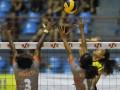 Pebola voli putri Jakarta BNI 46 Yokbeth M Kapasiang (kiri) dan Komang Bumi Rekta (kedua kanan) berusaha memblok bola dari lawan pebola voli Putri Indramayu Alko Wilavan Apinyapong pada pertandingan putaran I seri 3 Proliga 2012 di GOR Bontang Lestari, Bontang, Kalimantan Timur, Jumat (2/3). Tim putri Jakarta BNI 46 memenangi pertandingan 3-2 (20-25, 25-19, 23-25, 25-19, 15-11). (FOTO ANTARA/Puspa Perwitasari)