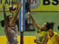 Pebola voli putri Jakarta BNI 46 Devota S Rahawarin (kiri) dan Dwi Andriani (kedua kiri) gagal memblok bola dari lawan pebola voli Putri Indramayu Alko Wilavan Apinyapong (kedua kanan) pada pertandingan putaran I seri 3 Proliga 2012 di GOR Bontang Lestari, Bontang, Kalimantan Timur, Jumat (2/3). Tim putri Jakarta BNI 46 memenangi pertandingan 3-2 (20-25, 25-19, 23-25, 25-19, 15-11). (FOTO ANTARA/Puspa Perwitasari)