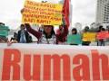 Sejumlah perempuan yang tergabung dalam Komite Nasional Perempuan Mahardhika memegang spanduk dan poster saat aksi di Bundaran HI, Jakarta, Minggu (4/3). Dalam aksi pra kondisi menjelang hari International Women Day (IWD) tersebut mereka menyerukan agar Pemerintah mengusut tuntas semua kasus kekerasan seksual, cabut Perda/kebijakan yang mendekskriminasi perempuan serta keadilan dan pemulihan bagi korban kekerasan seksual. (FOTO ANTARA/Zabur Karuru)