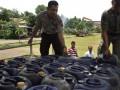 Dua anggota kepolisian memeriksa barang bukti penimbunan Bahan Bakar Minyak (BBM) yang berhasil diamankan di Markas Brimob Yogyakarta, Senin (12/3). Polisi berhasil menangkap pelaku penimbunan 3.000 liter BBM di sebuah rumah penduduk di Ngaglik, Sleman, Yogyakarta. (FOTO ANTARA/Regina Safri)
