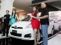 Vice President Director PT Toyota Astra Motor (TAM) Hideuyuki Imai (kiri) bersama Direktur Marketing Joko Trisanyoto (kanan) serta didampingi oleh para model memperkenalkan mobil Toyota New Yaris yang diluncurkan di Jakarta, Rabu (14/3). Toyota New Yaris ini menampilkan eksterior yang mewah tapi nyaman serta tampilan depan yang tampak lebih agresif dengan perubahan-perubahan pada front bumper yang lebih tegas, serta dilengkapi dengan sensor parkir. (FOTO ANTARA/Ferdi)