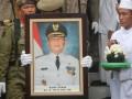 Sejumlah anggota Satuan Polisi Pamong Praja (Satpol PP) mengusung jenazah Almarhum Bupati Demak periode 2011-2016 Tafta Zani saat prosesi pemberangkatan jenazah di pendopo Kabupaten Demak, Jateng, Minggu (18/3). Almarhum meninggal dunia diduga karena serangan jantung seusai mengikuti acara pertemuan dengan warga Demak yang berada di Batam, Kepulauan Riau pada hari Sabtu (17/3) pukul 23.30 WIB. (FOTO ANTARA/Andreas Fitri Atmoko)