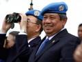 Presiden Susilo Bambang Yudhoyono (kanan) dan Sekjen PBB Ban Ki-moon (kiri) melihat sejumlah simulasi kegiatan pasukan perdamaian Indonesia di Indonesia Peace and Security Centre (IPSC), Sentul, Bogor, Jawa Barat, Selasa (20/3). Selain melakukan pertemuan bilateral dengan Presiden Yudhoyono, Ban Ki-moon mengunjungi IPSC di Sentul, Bogor untuk melihat secara langsung sarana dan fasilitas yang tersedia di pusat misi pemeliharaan perdamaian itu. (FOTO ANTARA/Widodo S. Jusuf)