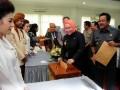 Gubernur Banten Atut Chosiyah (tengah) bersama Wagub Rano Karno (kanan) menyerahkan Surat Pemberitahuan Tahunan (SPT) Pajak Penghasilan (PPh) di Kantor Pelayanan Pajak Serang, Banten, Selasa (20/3). Tingkat kesadaran bayar pajak warga Serang masih rendah yakni tercatat 542.000 orang atau sekitar 52% dari 1.045.000 orang wajib pajak, tapi yang membayar baru 204 orang atau 5,8 persen dari total wajib pajak. (FOTO ANTARA/Asep Fathulrahman)