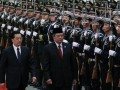 Presiden Indonesia Susilo Bambang Yudhoyono (kanan) memeriksa pasukan kehormatan bersama Presiden China Hu Jintao saat upacara penyambutan resmi di Balai Agung Rakyat di Beijing, China, Jumat (23/3). (FOTO ANTARA/REUTERS/David Gray)