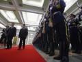 Presiden Indonesia Susilo Bambang Yudhoyono (ketiga kiri) memeriksa pasukan kehormatan bersama Presiden China Hu Jintao (kedua kiri) saat upacara penyambutan resmi di Balai Agung Rakyat di Beijing, China, Jumat (23/3). (FOTO ANTARA/REUTERS/David Gray)