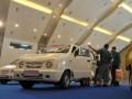 Pengunjung melihat berbagai produk mobil dalam negeri buatan Asianusa dalam pameran International Auto Part, Accecories and Equip Exhibition (INAPA) 2012 di JIExpo, Jakarta, Rabu (28/3). Asianusa merupakan asosiasi industri otomotif Indonesia yang konsisten membangun kendaraan roda empat seperti Tawon, Fin Komodo, GEA, Merapi dan lainnya. (FOTO ANTARA/Rosa Panggabean)