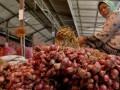 Seorang pedagang bawang merah impor asal Vietnam menunggu pembeli di pasar Sukomoro, Nganjuk, Jawa Timur, Jumat (30/3). Pasar bawang merah terbesar di Jawa Timur tersebut saat ini dibanjiri bawang merah impor asal Vietnam yang dijual Rp 6.500 per kg. Petani lokal memprotes kebijakan impor tersebut karena membuat harga bawang merah lokal anjlok menjadi Rp 4.500 per kg. (FOTO ANTARA/Arief Priyono)