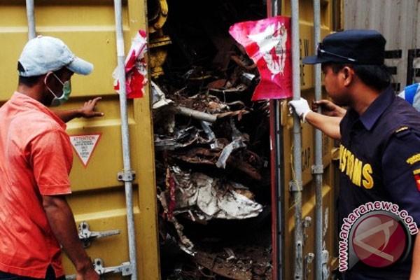Indonesia govt sends back 103 containers containing toxic materials