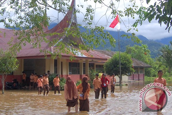 Floods isolate 1,500 families in Agam