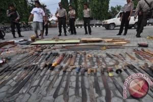 Anggota Polri-TNI sita senjata tajam peserta takbir