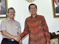 Gubernur Bali, Made Mangku Pastika (kanan) berjabat tangan dengan Direktur Utama Perhutani, Bambang Sukmananto seusai menandatangani naskah kerjasama pengelolaan hutan, di Kantor Gubernur Bali, Rabu (4/4). Kerjasama itu dalam hal penyadapan getah pinus di hutan seluas 136,25 hektare di Provinsi Bali, untuk memenuhi kekurangan bahan baku Gum Rosin (getah untuk industri) sebesar 22.881 ton per tahun. (FOTO ANTARA/Nyoman Budhiana)