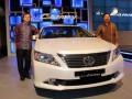 Presiden Direktur PT Toyota Astra Motor Johnny Darmawan (kanan) didampingi Chief Enginer All New Camry Toyota Mr Michihiko Sato memperkenalkan mobil New Camry saat peluncurannya di Jakarta, Rabu (4/4). Toyota New Camry menampilkan eksterior yang tegas dan mewah serta tampilan depan yang tampak lebih agresif dengan perubahan-perubahan bumper depan yang lebih tegas. (FOTO ANTARA/Rani)