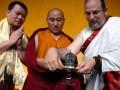 Biksu asal Bhutan Tibet, HE Druk Chokyong Tsimar Rinpoche (tengah) dan Lama Rangbar Nyimai Ozer asal AS (kanan) memeriksa rupang Tara Bodhisttva, disaksikan Johan Yan dari Total Quality Indonesia, usai pemberkatan di TITD Sanggar Agung Kenjeran Surabaya, Sabtu (7/4). Rupang Tara Bodhisttva benda cagar budaya peninggalan Majapahit yang berusia 800 tahun tersebut, merupakan lambang perdamaian, cinta kasih dan harmoni bagi seluruh alam. (FOTO ANTARA/Eric Ireng)